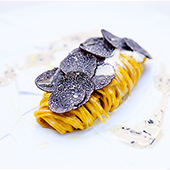 Fourchette de tagliolini fraîches à la truffe au George V à Paris