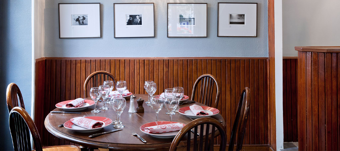 Interior atmosphere and table decoration of Astier restaurant