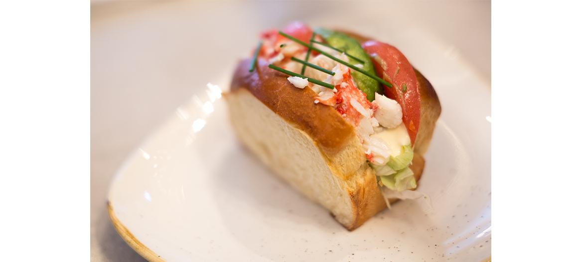Pain brioché au crabe avec tomate, salade et concombre