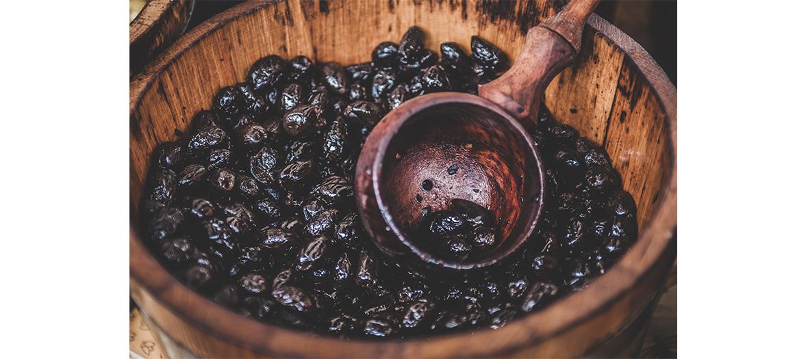 Bol d'olives noires au street food