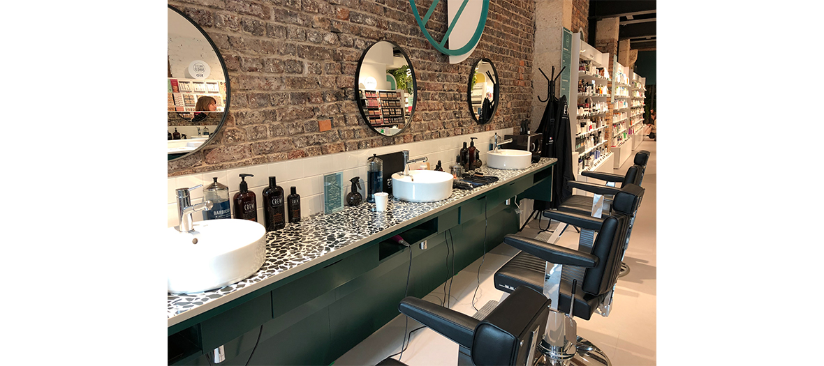 un nail bar, un barbier signé La Barbe de Papa, un espace coiffure et des cabines de soins sont à disposition dans tout le magasin