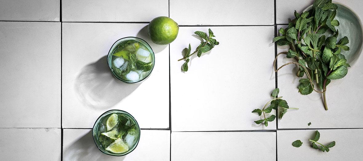 Ingrédients pour un mojito virgin, sucre de canne, citron vert et menthe