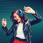 Jeune fille énergique en train d'écouter de la musique
