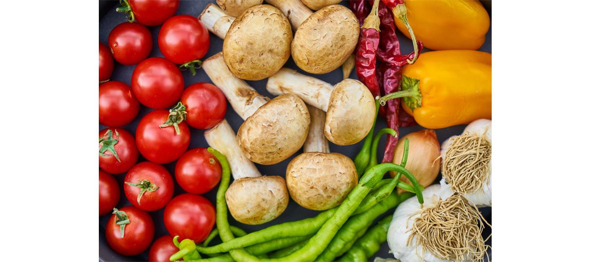 Assortiment de tomates, petits pois, champignons et poivron