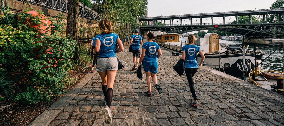 Plogging session along the Seine in Paris