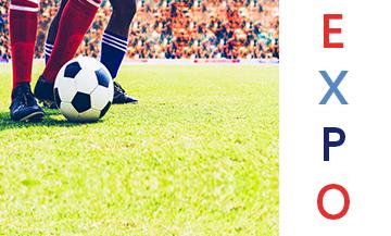 Ballon de football au pied sur de la pelouse dans un stade de football