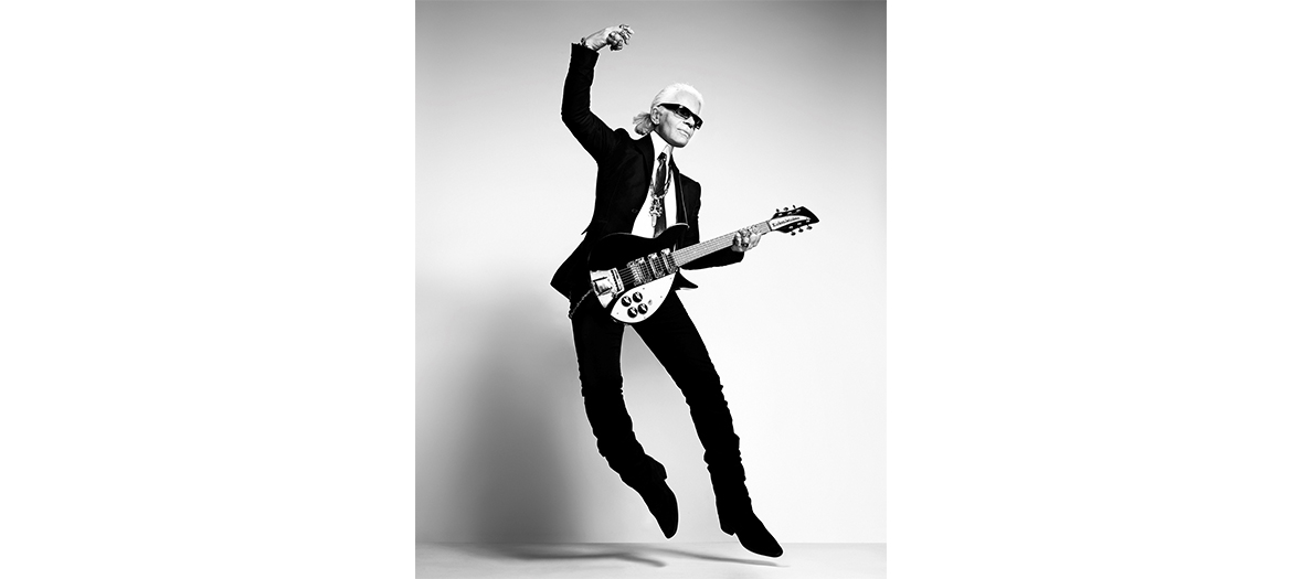 Photographie de Karl Lagerfeld en train de jouer de la guitare