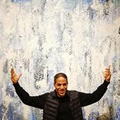 Portrait du peintre graffiti John Andrew Perello dans la galerie de Natacha Dassault