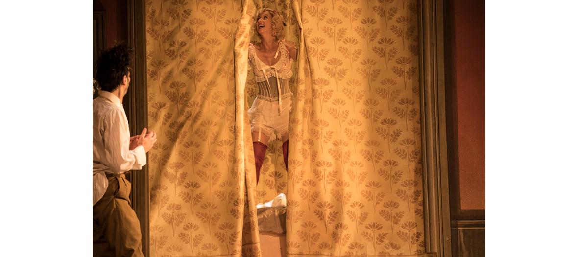 Léa Drucker jouant dans une scéne la pièce de théâtre La Dame de chez Maxim