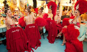 Les Danceuses du Moulin Rouge dans la cabine de preparation