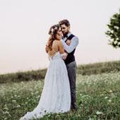 Couple de jeune mariés dans les paturages