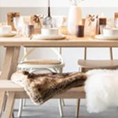 Maison Du Monde Santa Show avec les cadeaux à partager, les bougies sur la table et le design cosy.