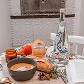 Bouteille d'evian avec messages personnalisables gravés et soupe pain eau carottes, tomate