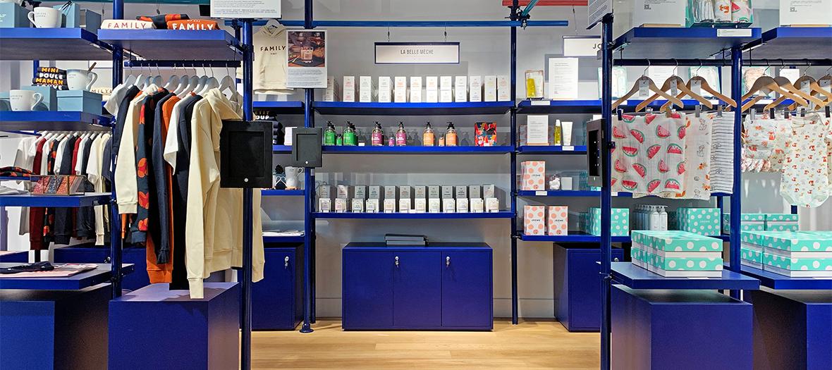 Ambiance intérieure et pulls, tasse, verre, parfum, produits de beauté de la boutique Pyramid