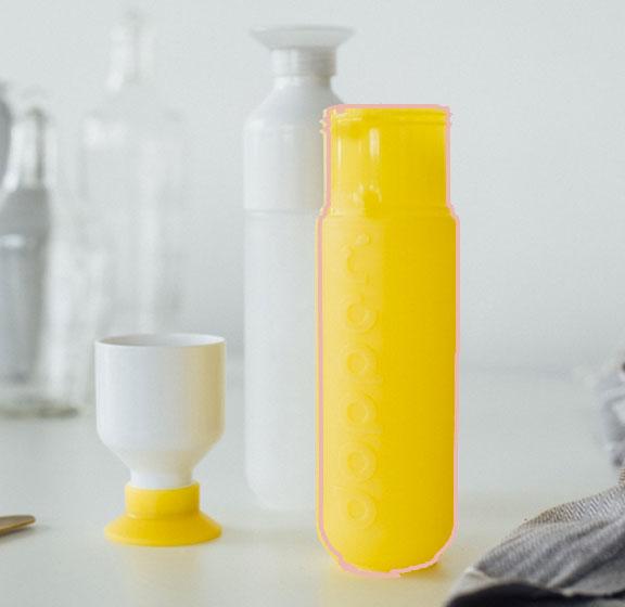 Les gourdes aux couleurs flashy et un verre intégré de marque Dopper vendu par Altermundi