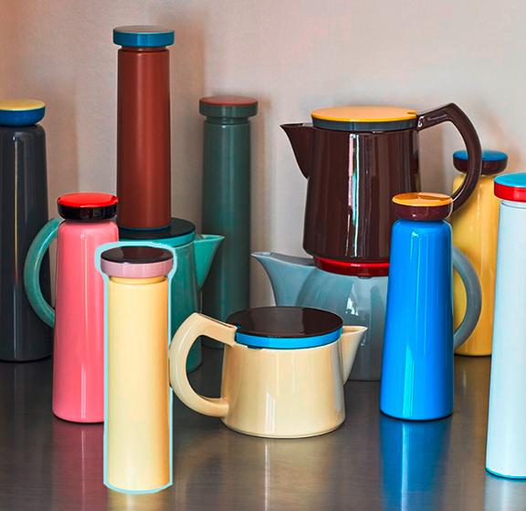 Les gourdes en acier inoxydable de tailles et couleurs différentes par HAY et George Swoden