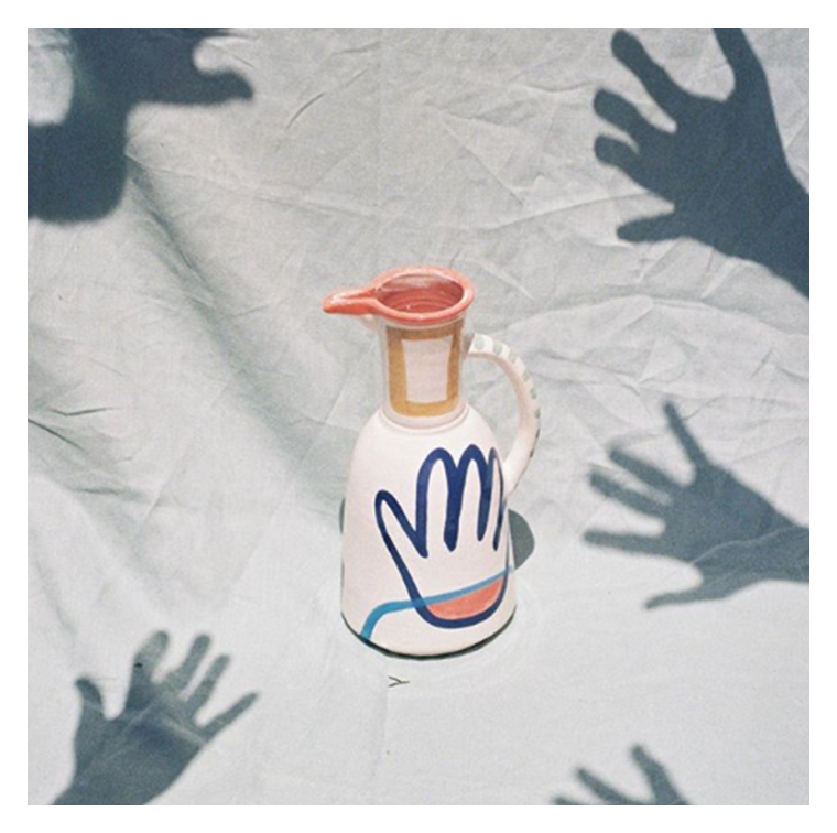 Le vase céramiques en terre cuite et aux dessins contemporains signé LRNCE de Laurence Leenaert