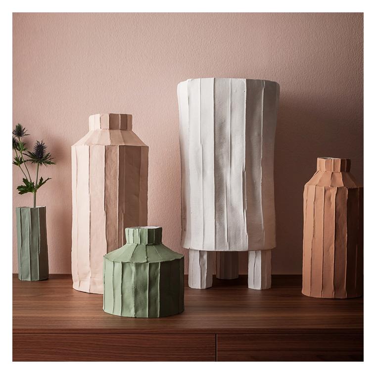 Les vases faits mains avec de l'argile et de pâte de papier de Paola Paronetto