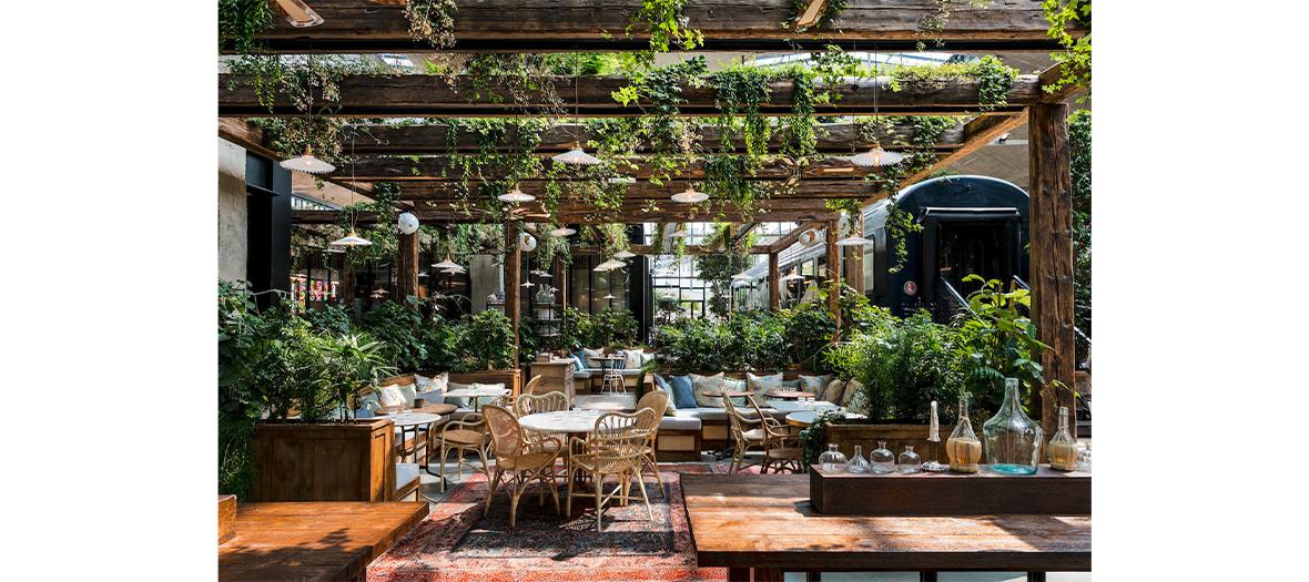 La mezzanine végétale façon terrasse avec des marguerites, des feuilles d'érable, des feuilles de ginkgo, de la dauphinelle, de la belle de nuit, du romarin, des fougères