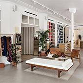 Décoration du concept store Libre Service Sézane avec avec de beaux meubles en bois chinés par la patronne et sa team, le tout embelli de grandes plantes