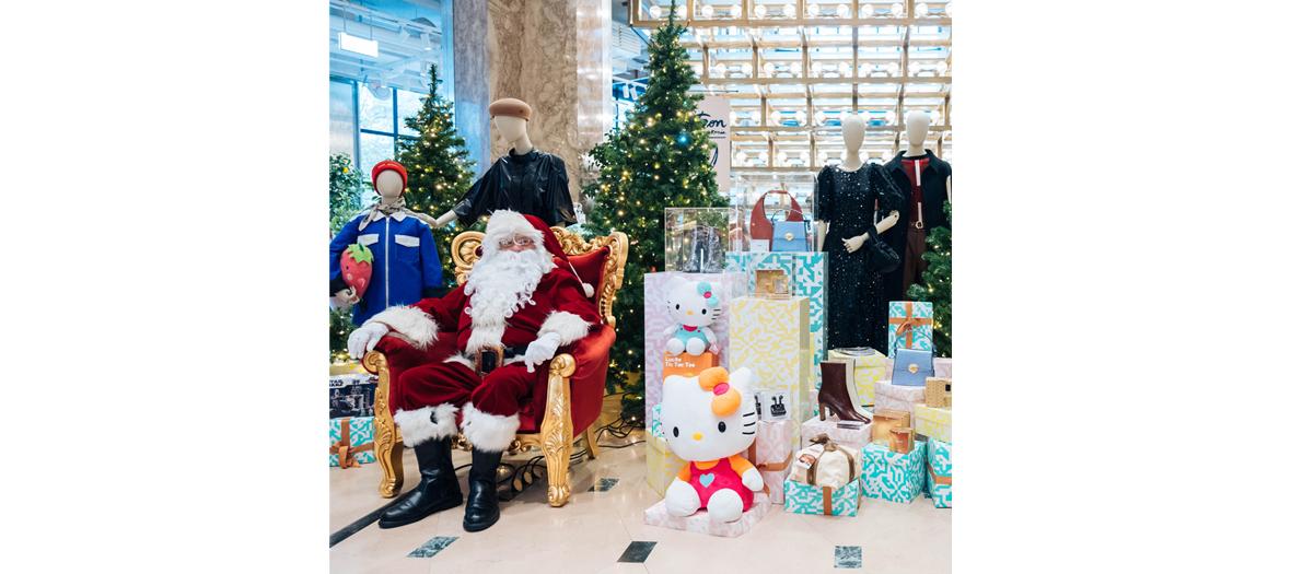 Décoration du pop-up Hello Kitty avec le Père Noël pour les photos