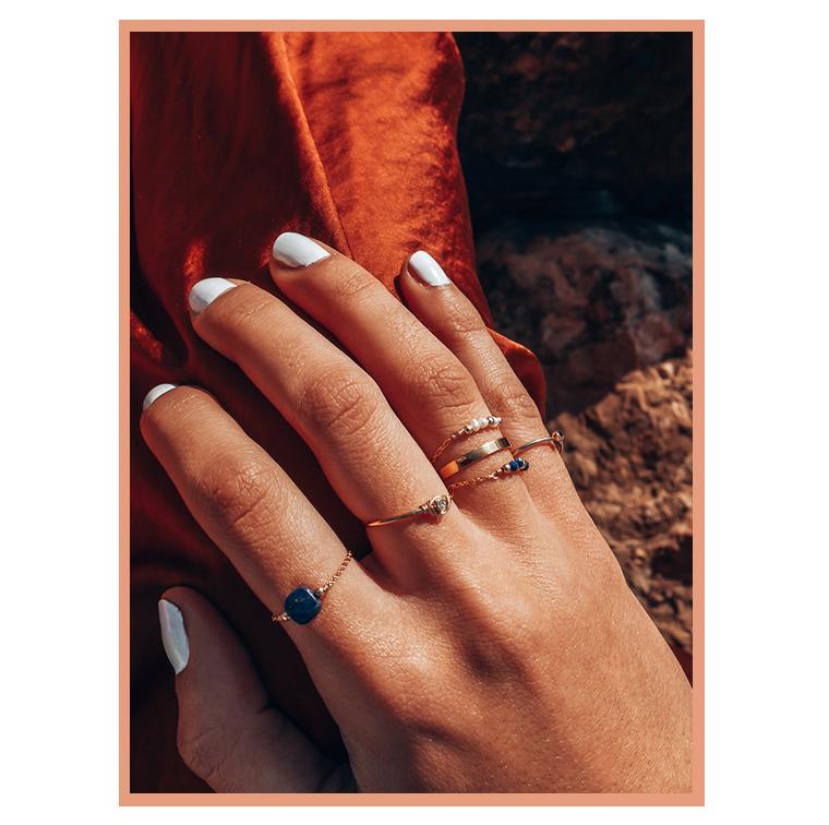 Bagues dorées avec perle de Julie Terranova