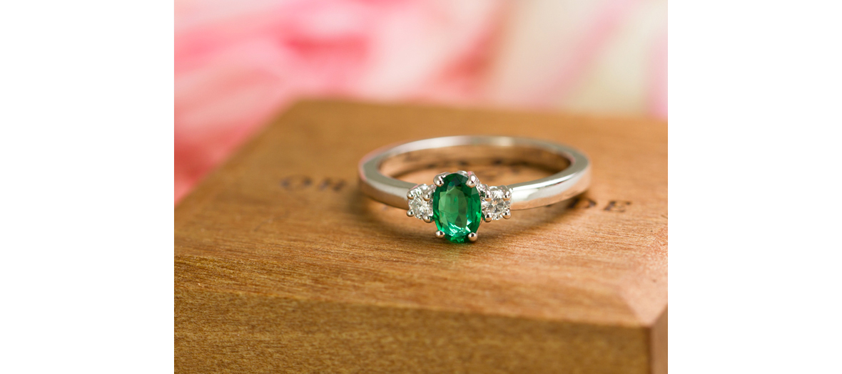 Or du monde engagement ring with emerald green