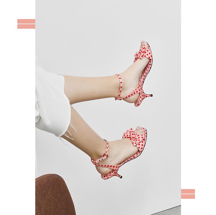 Chaussures à petit talon avec motif coeur