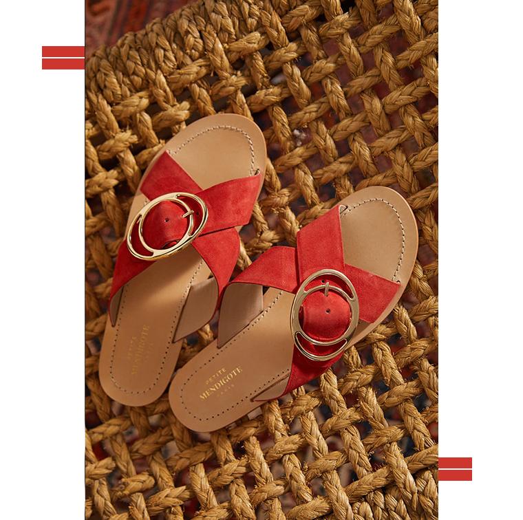 Sandales rouge avec boucle dorée