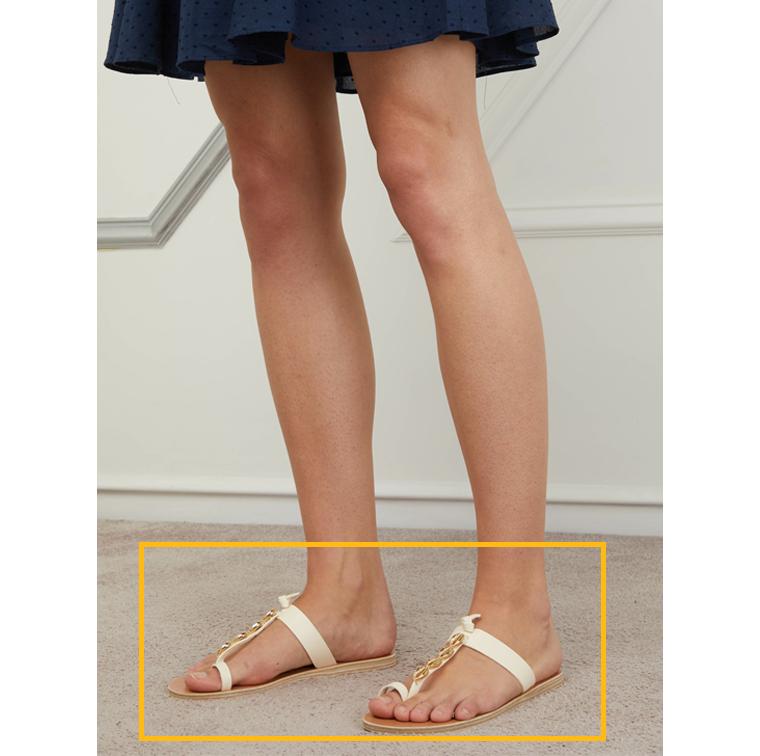 Sandales blanches avec coquillages dorés
