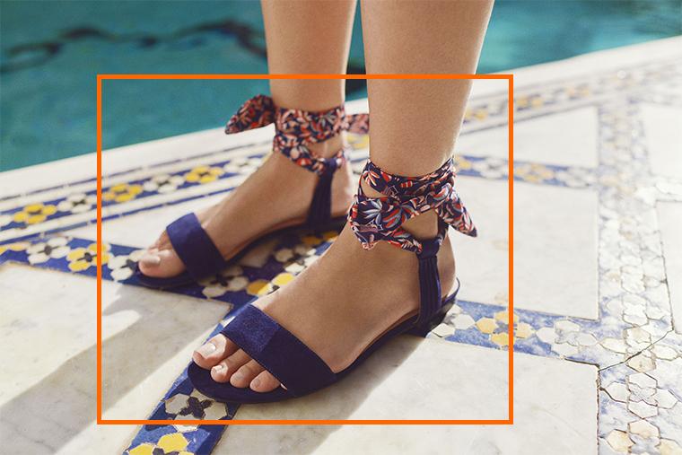 Sandales bleu marine en cuir velours avec ruban à motif fleuri