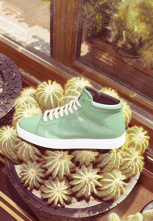 sneakers en cuir vegan, en tissu recyclé et résines biologiques