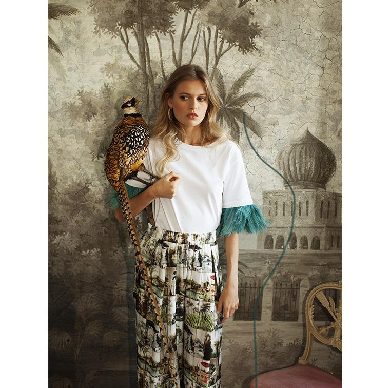 Pantalon imprimé papier peint et t-shirt à plumes
