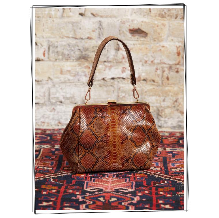 Le sac Cassandra de dame en polygone et le motif serpent de Petite Mendigote