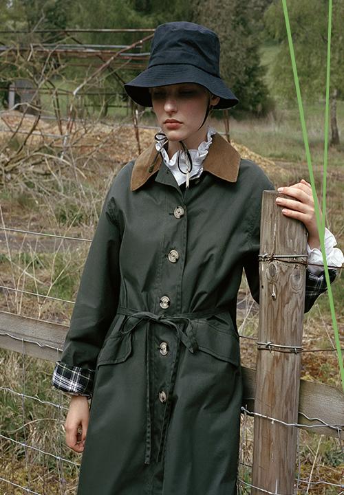 Le manteau Imperméable en toile cirée de chez Alexa Chung x Barbour