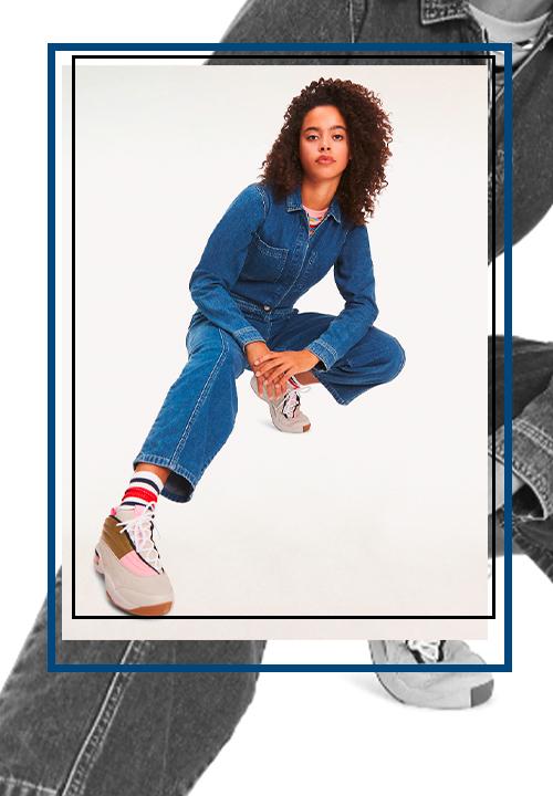 Combinaison en denim Tommy Hilfiger avec une paire de sneakers blanches