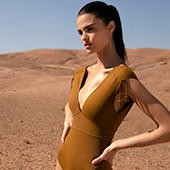 Mannequin portant un maillot de bain Eres avec bretelles plates mais larges dans le desert
