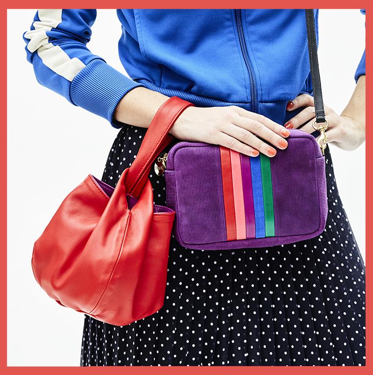 Sac en velours violet à rayures et sac rouge en forme de baluchon