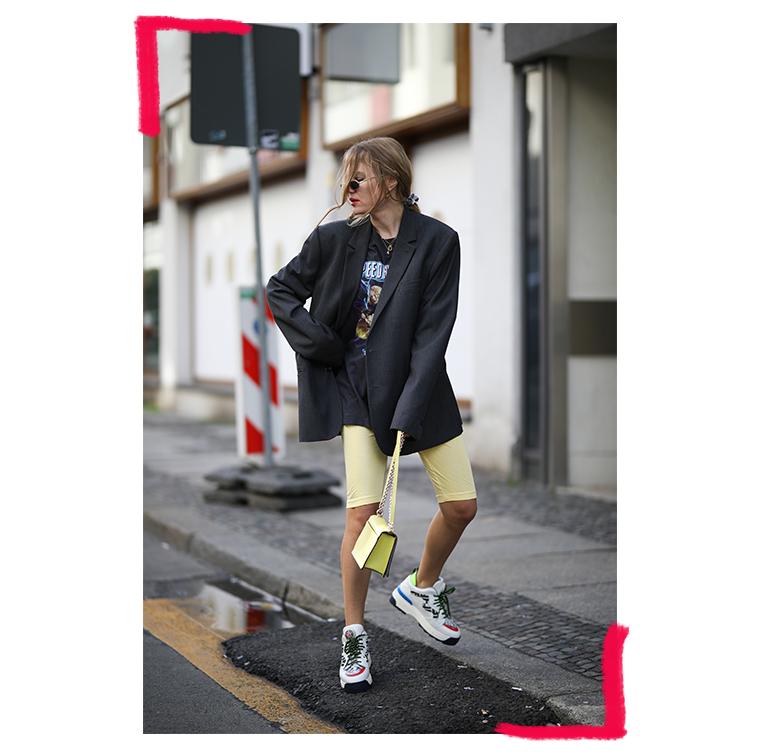Cycliste, veste oversize, sneakers colorées, sac à main jaune