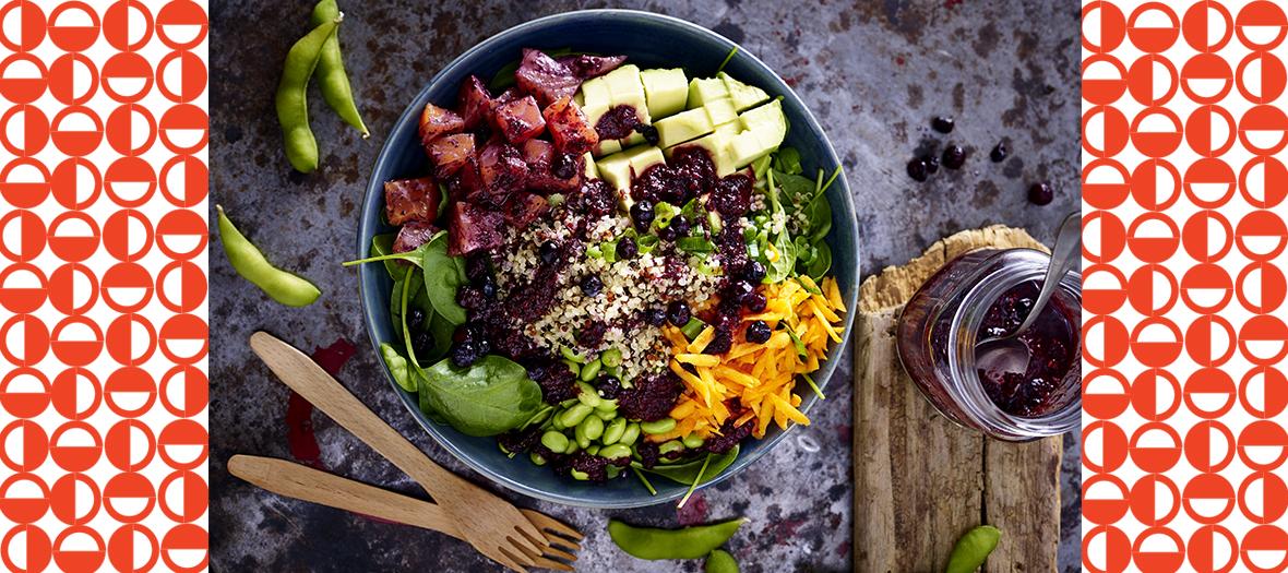 Recette poke bowl huile de sésame, myrtilles, saumon, carotte, épinards, avocat