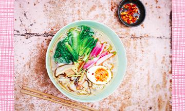 Recette de ramen, bouillon japonais avec des nouilles, champignons shiitakés et oeufs