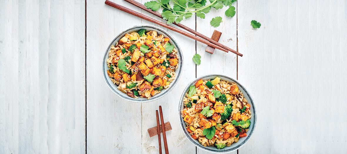 Bols de riz sauté au tofu, brocolis, oignons, courgettes et carottes