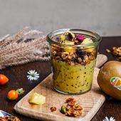 La compote de kiwi avec flocons d'avoine, amandes effilées, huile de pépin de raisin, citron confit
