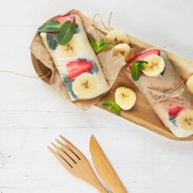 Rouleaux de printemps avec banane, galette de riz, du lait entier, des fraises et des feuilles de menthe