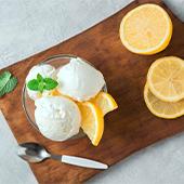 Un ramequin de sorbet au citron frais