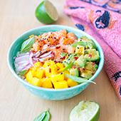 Recette de poke bowl au saumon, avocat, mangue et oignon rouge