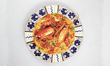 Plat de Linguine aux homard avec carotte, céleri, oignon, homards, huile d'olive, persil, tomates et le concentré de tomate