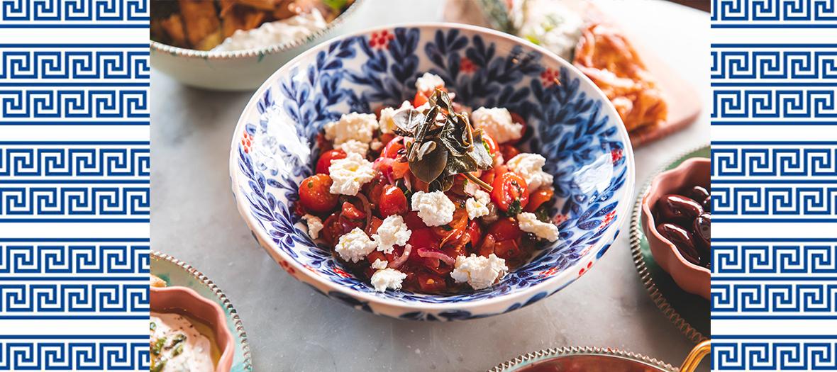 Une salade de concombre, poivrons jaunes, d'oignon rouge, d'origan et de basilic
