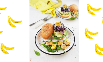 Plat de de burger à la banane, sauce curry, blancs de poulet,  feuilles de coriandre, chou rouge, yaourt grec du chef Pierre-Sang Boyer