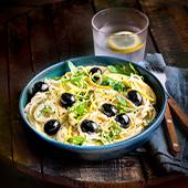 Plat de Spaghetti avec des olives noires, crème liquide, échalotes, zestes de citron